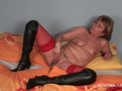 Blonde slutty mature pleasuring her hungry pussy in bed